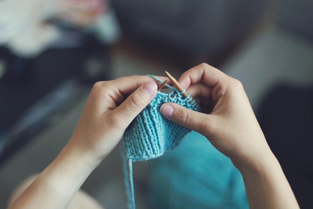 1544772941_knit-869221_1280 Вязание спицами для начинающих схемы с подробным описанием