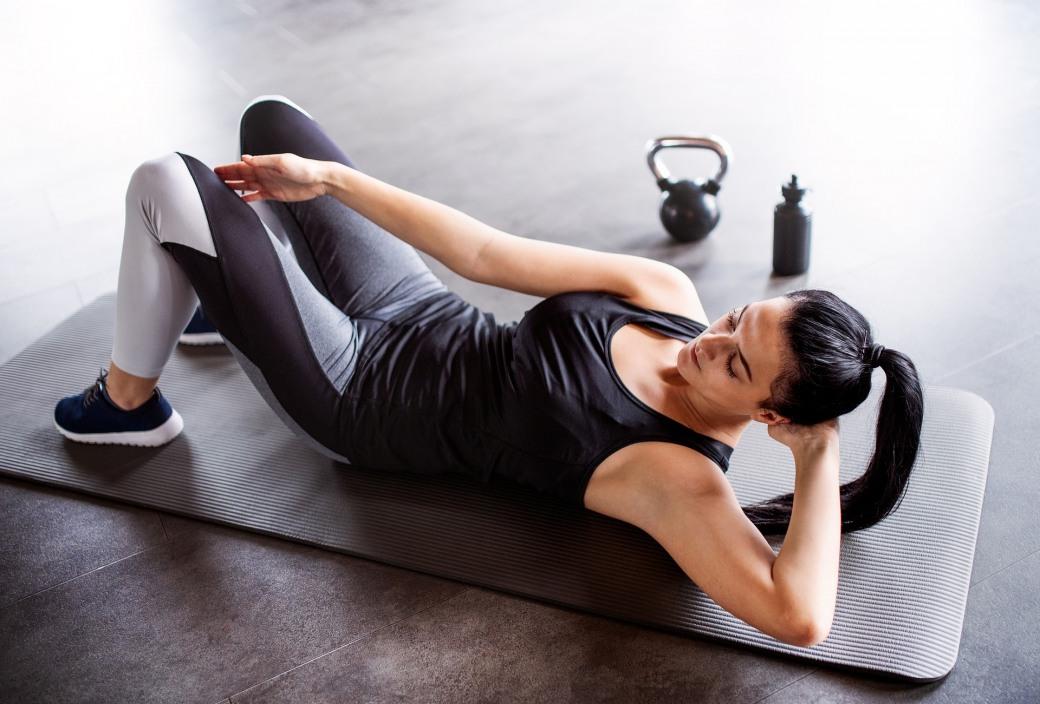 Упражнения с фитнес-резинкой: программа тренировок с резиновыми петлями для рук и спины, как правильно заниматься с лентой, комплекс стрейч-занятий